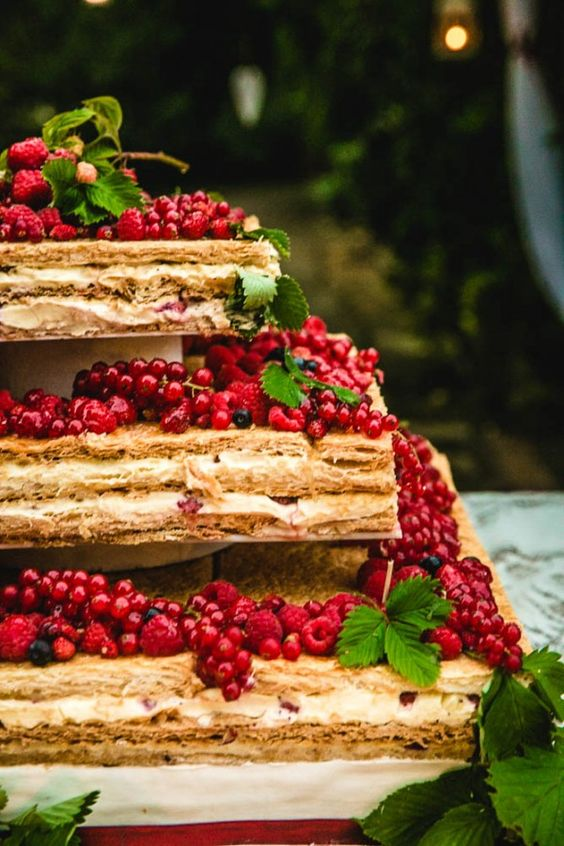 In questa foto una torta millefoglie a 3 piani