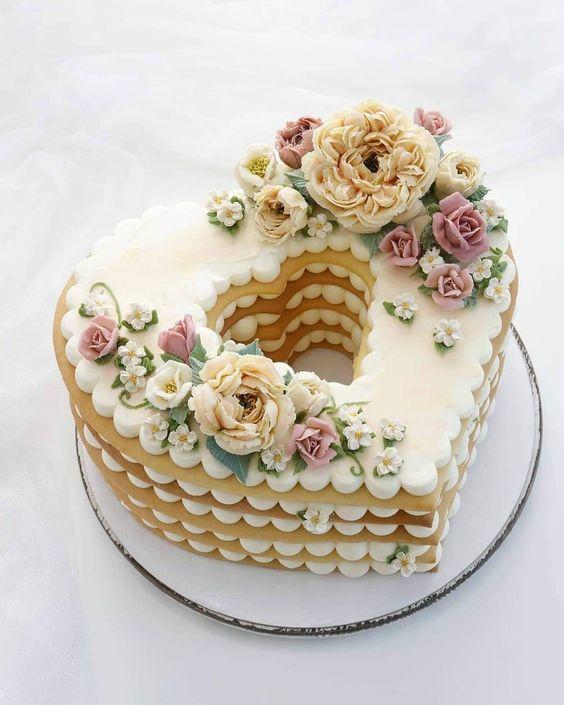 In questa foto una torta millefoglie realizzata con strati di biscotto e a forma di cuore
