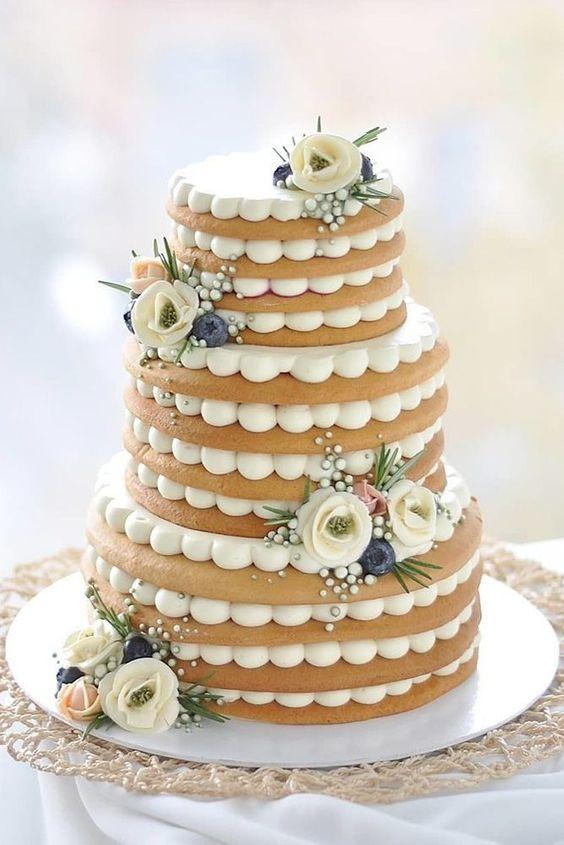 In questa foto una torta millefoglie realizzata con strati di biscotto
