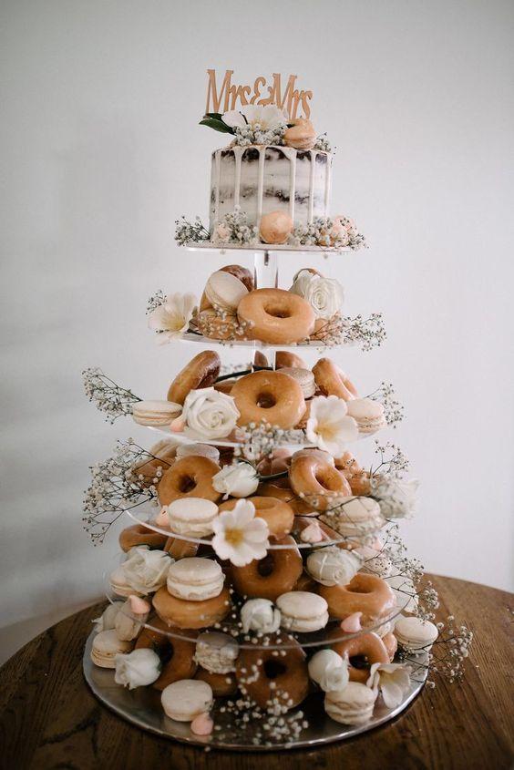 In questa foto una torta monoporzioni: nei piani sottostanti tantissime ciambelline glassate