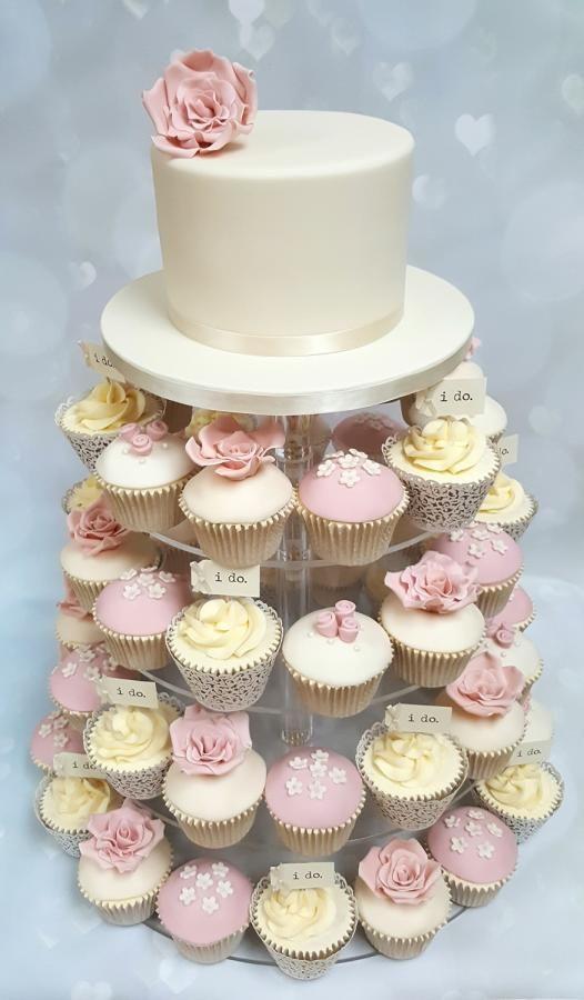 In questa foto una torta per matrimonio a monoporzioni con cupcakes