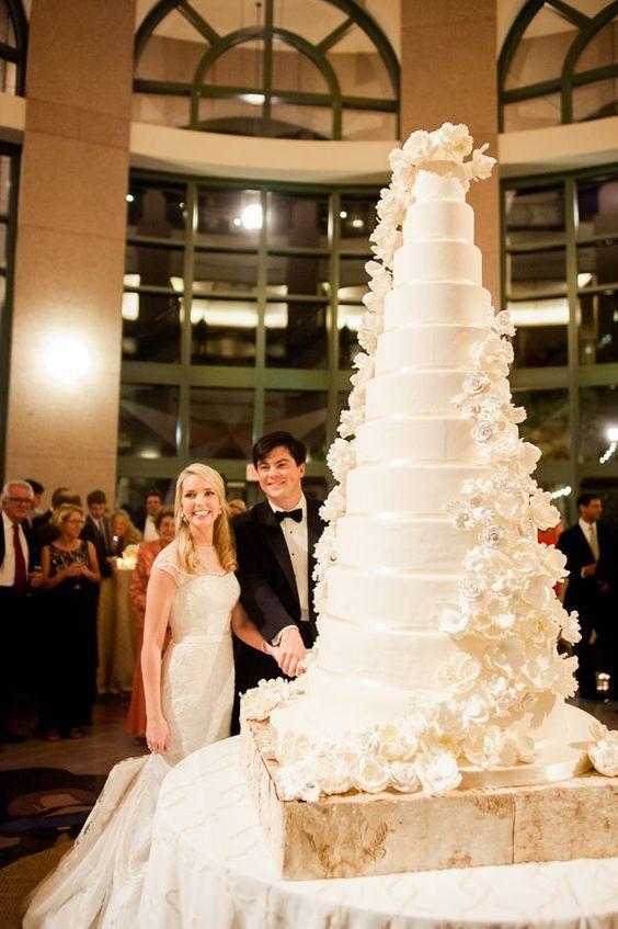 In questa foto una torta monumentale realizzata su 12 piani e con decorazioni floreali