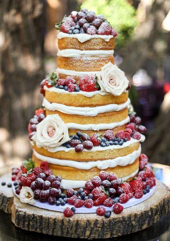 In questa foto una naked cake con frutti di bosco e fragoline