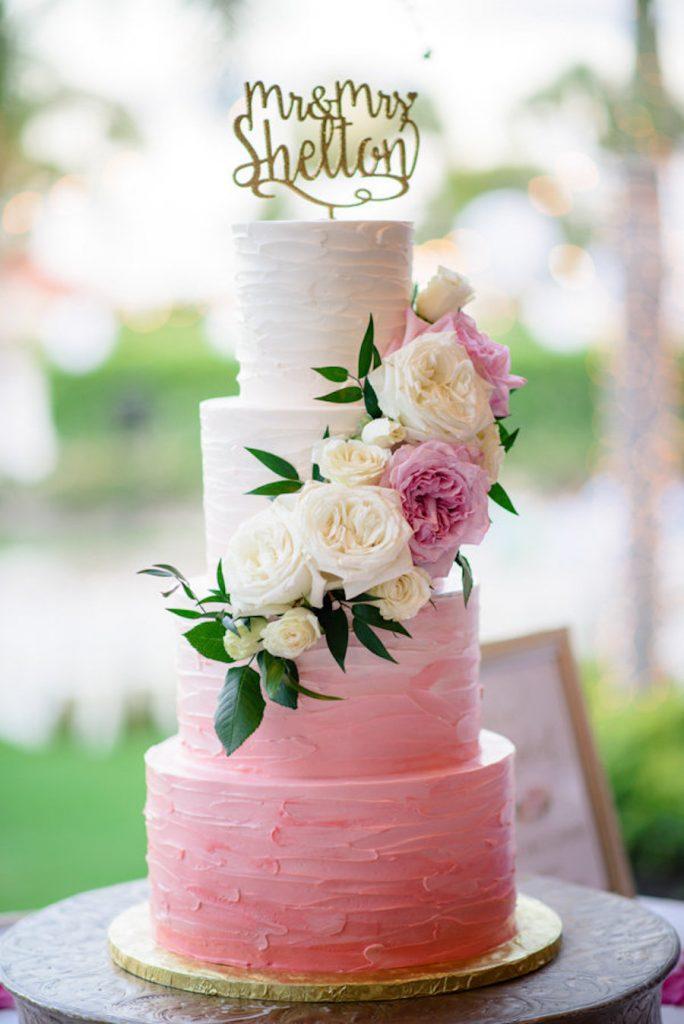 In questa foto una torta ombré: dal primo all'ultimo piano, la sfumatura va dal bianco al rosa intenso