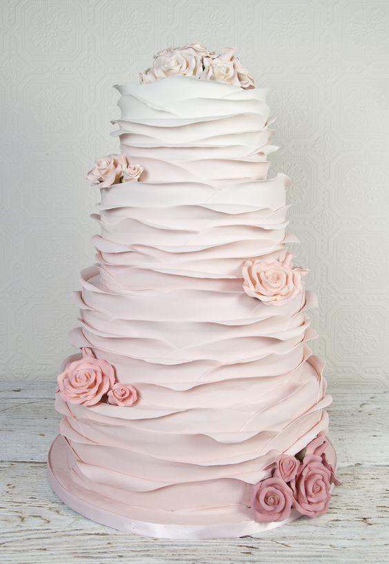 In questa foto una ruffle cake nella sfumatura degradè del rosa