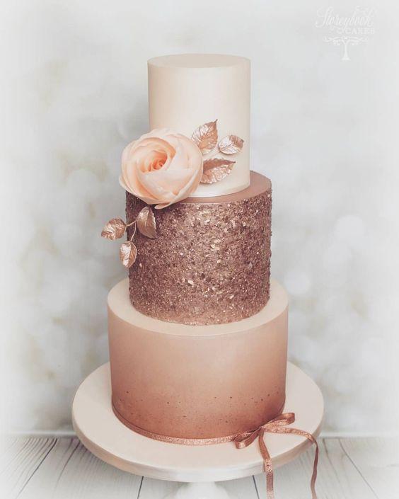 In questa foto una torta a 3 piani in diverse sfumature e consistenze del Gold Rose, cioè il rosa oro