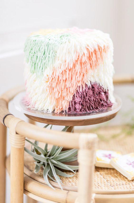 In questa foto una Shaggy Cake, la torta nuziale con le frange