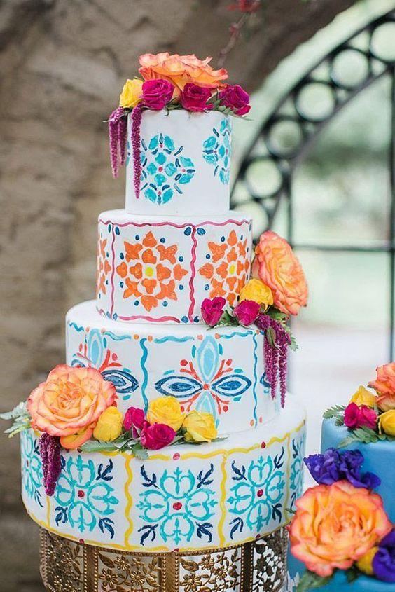 In questa foto una torta di matrimonio in stile messicano, super colorata