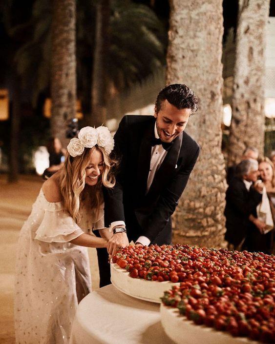 In questa foto una coppia di sposi mentre taglia la propria Wedding Cake ad un solo piano