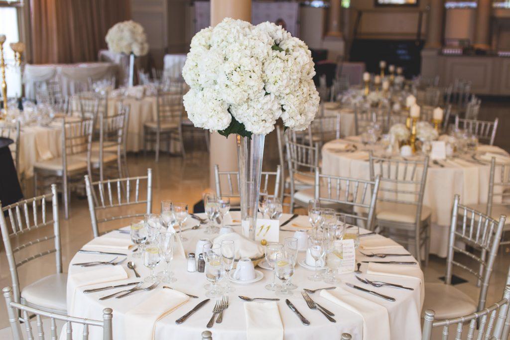 In questa foto un allestimento di nozze total white in un salone elegante