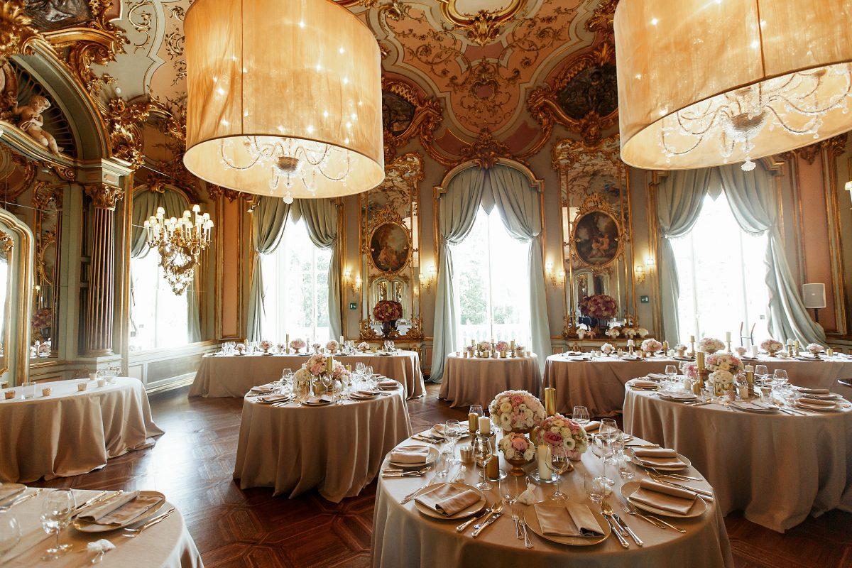 In questa foto un ricevimento di nozze nel salone di un palazzo nobiliare