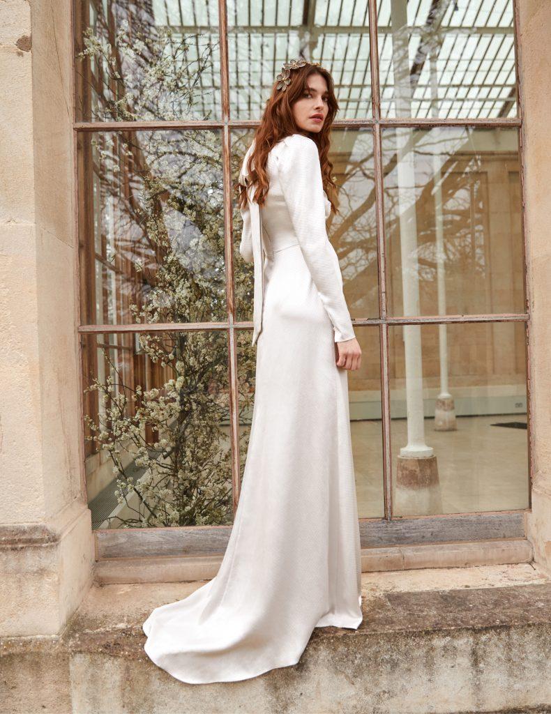 In questa foto una modella indossa un abito da sposa Temperly 2022, presentato alla New York Bridal Fashion Week 2021