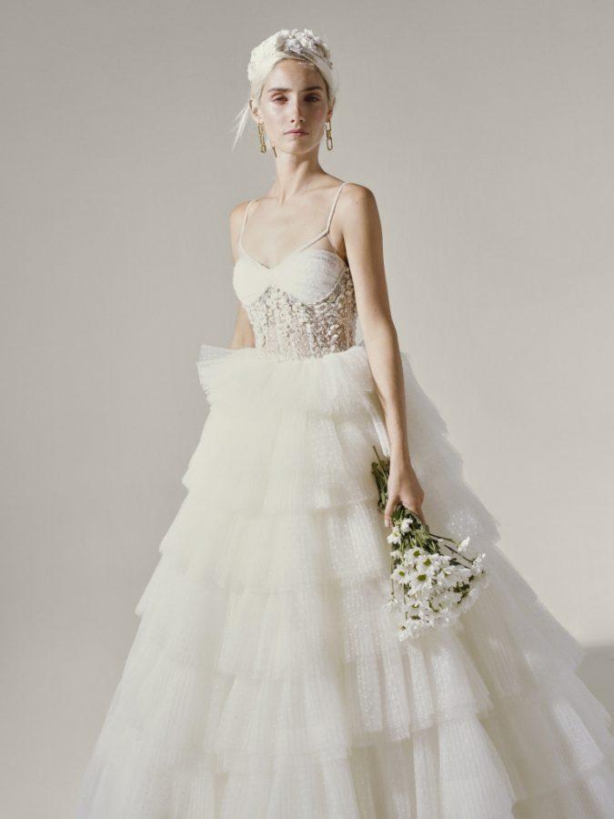 In questa foto una modella indossa un abito da sposa YolanCris 2022, presentato alla New York Bridal Fashion Week 2021