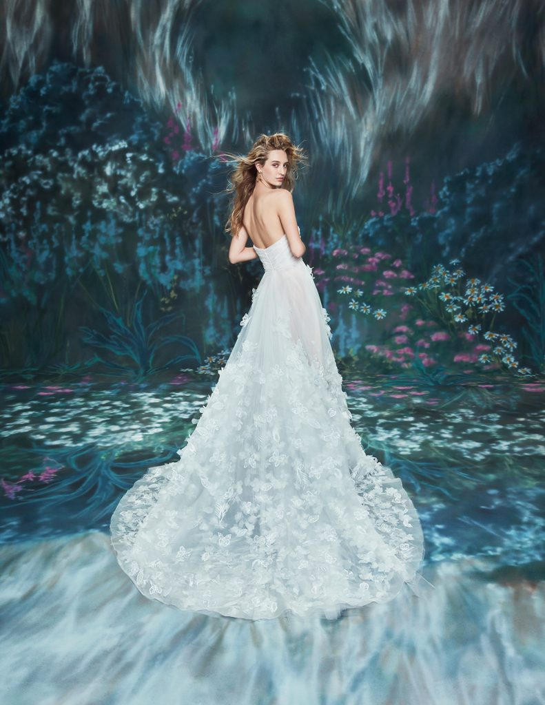 In questa foto una modella indossa un abito da sposa Ines Di Santo 2022, presentato alla New York Bridal Fashion Week 2021