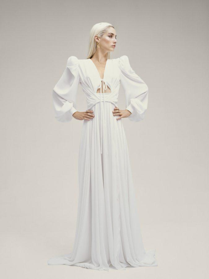 In questa foto una modella indossa un abito da sposa YolanCris, presentato alla New York Bridal Fashion Week 2021