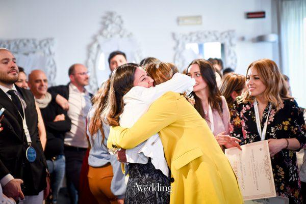 Una giovane wedding planner abbraccia Cira Lombardo al termine di un corso di Accademia del Wedding