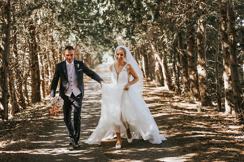Una coppia di sposi fotografati in un bosco