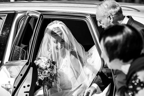 La sposa esce dall'auto all'arrivo in chiesa