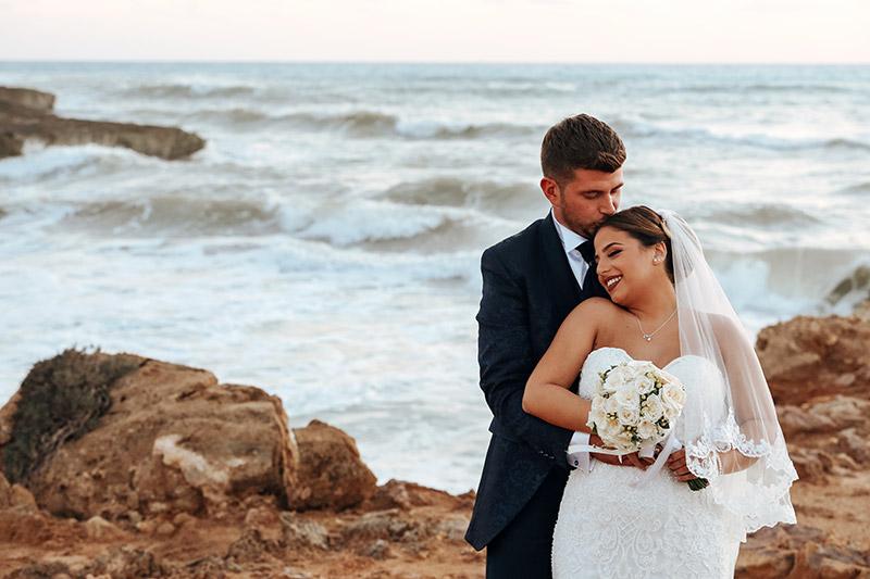 Una coppia di sposi in riva al mare