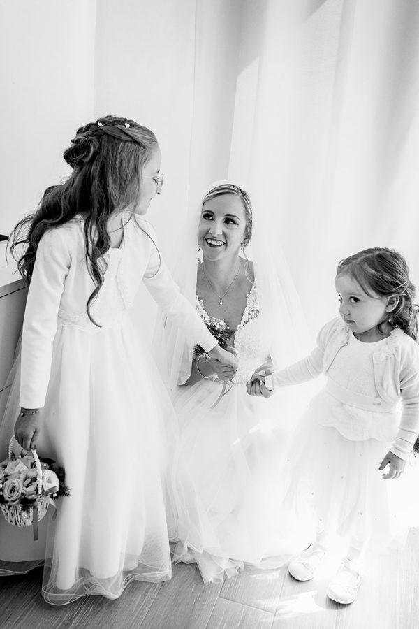 La sposa e le damigelle in una foto in bianco e nero