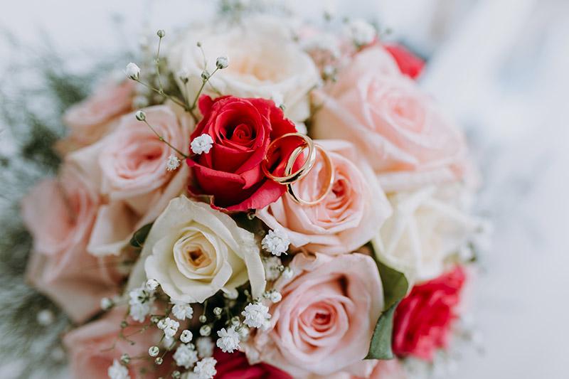In questa foto scattata da Aurora Dimartino Photograpghy il bouquet della sposa