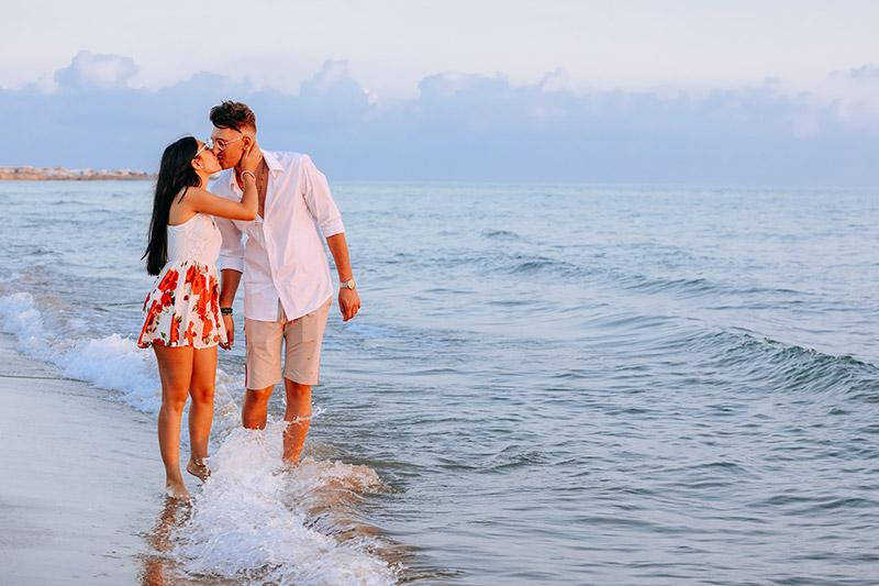 Una coppia durante uno shooting prematrimoniale di Aurora Dimartino Photography