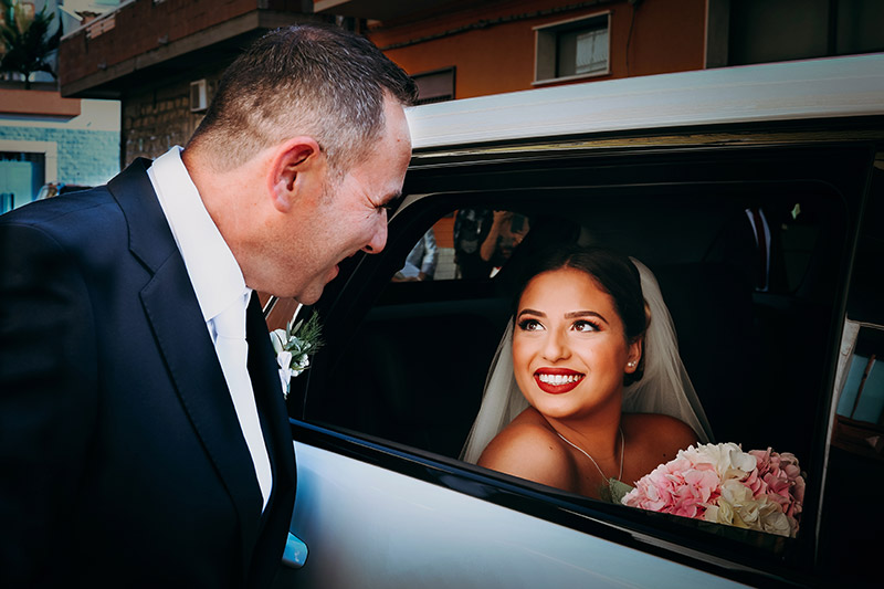 L'emozione della sposa all'arrivo in chiesa