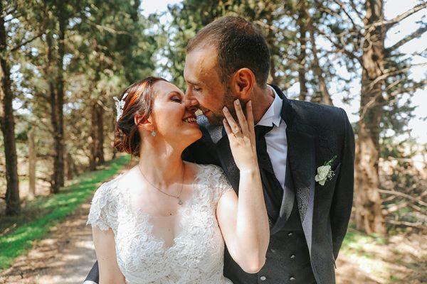 Una coppia di sposi durante un servizio fotografico di Aurora Dimartino Photography