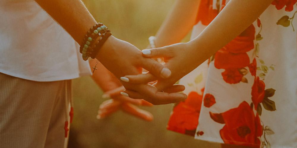 Una coppia di sposi mano nella mano