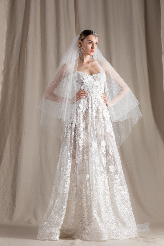 In questa foto una modella indossa un abito da sposa Naeem Khan 2022 presentato alla New York Bridal Fashion Week 2021