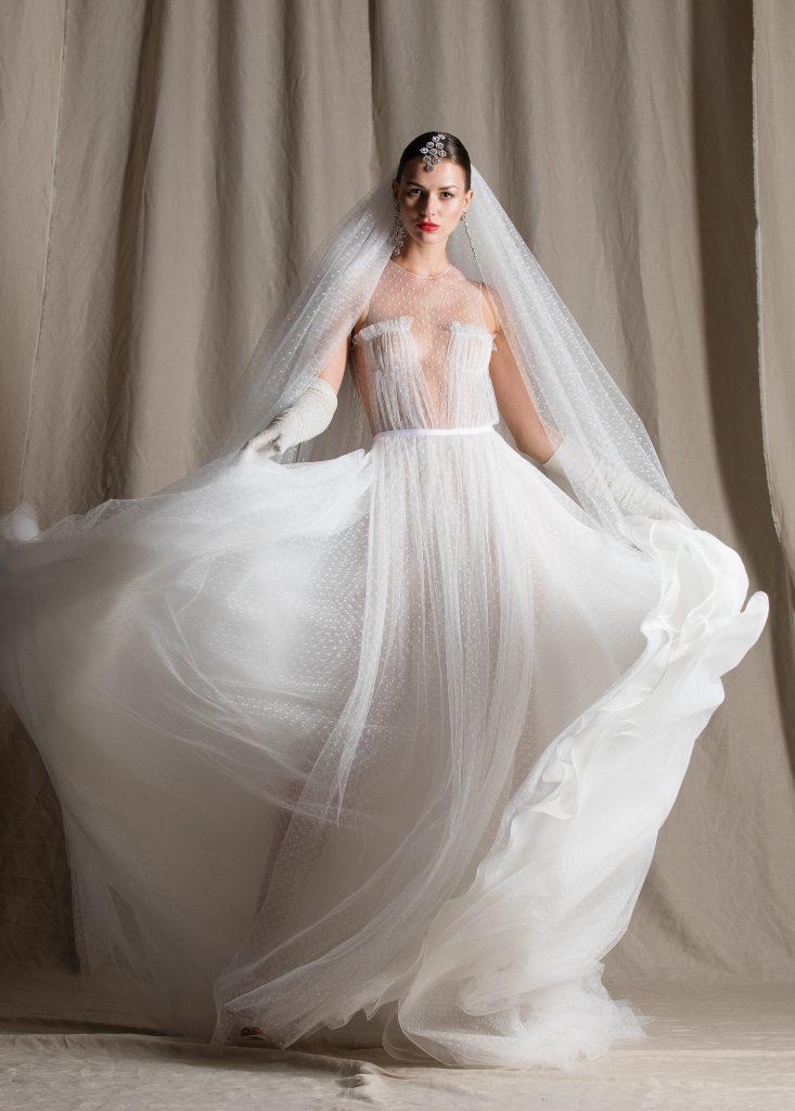 In questa foto una modella indossa un abito da sposa Naeem Khan 2022, presentato alla New York Bridal Fashion Week 2021