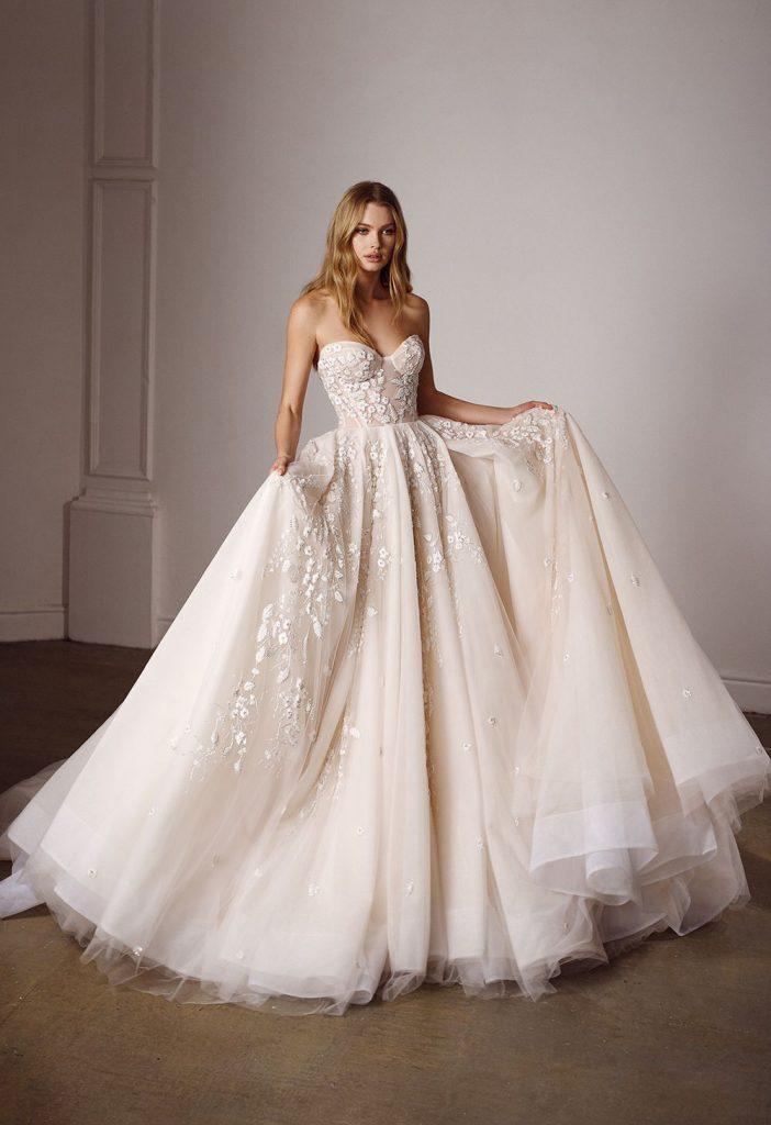 In questa foto una modella indossa un abito da sposa Galia Lahav 2022, presentato alla New York Bridal Fashion Week 2021