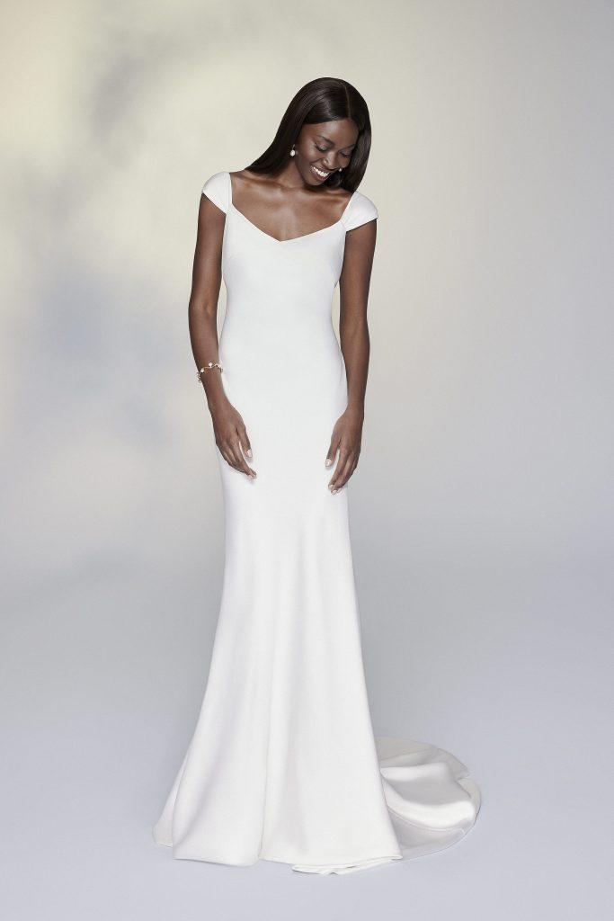 In questa foto una modella indossa un abito da sposa Justin Alexander 2022, presentato alla New York Bridal Fashion Week 2021