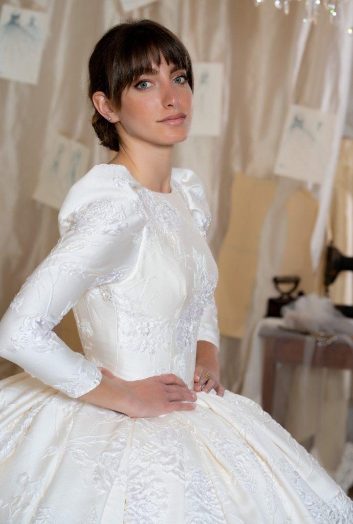 In questa foto una modella indossa un abito da sposa Amelia Casablanca 2022 presentato alla New York Bridal Fashion Week 2021