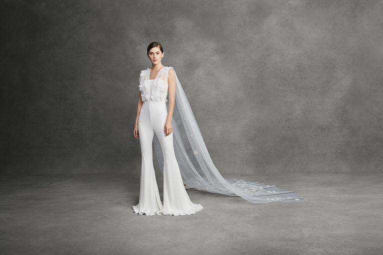 In questa foto una modella indossa un abito da sposa con pantaloni Andrew Kwon 2022, presentato alla New York Bridal Fashion Week 2021
