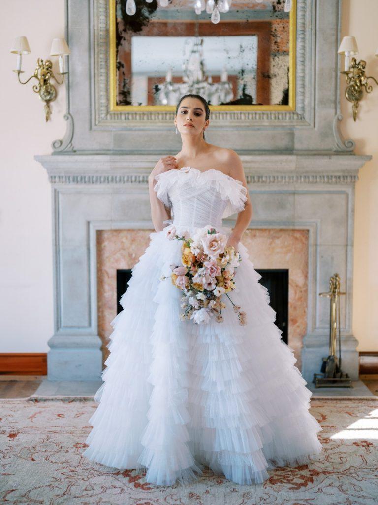 In questa foto una modella indossa un abito da sposa Anna Berge 2022, presentato alla New York Bridal Fashion Week 2021