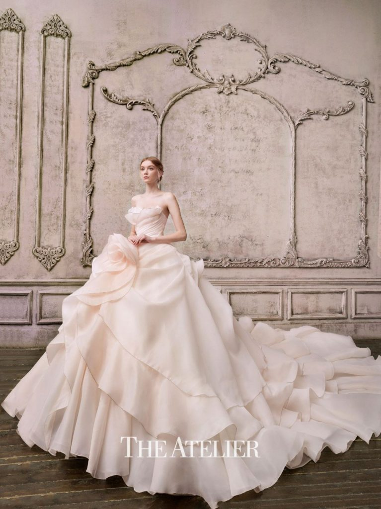 In questa foto una modella indossa un abito da sposa The Atelier Couture by Prof. Jimmy Choo 2022 presentato alla New York Bridal Fashion Week 2021