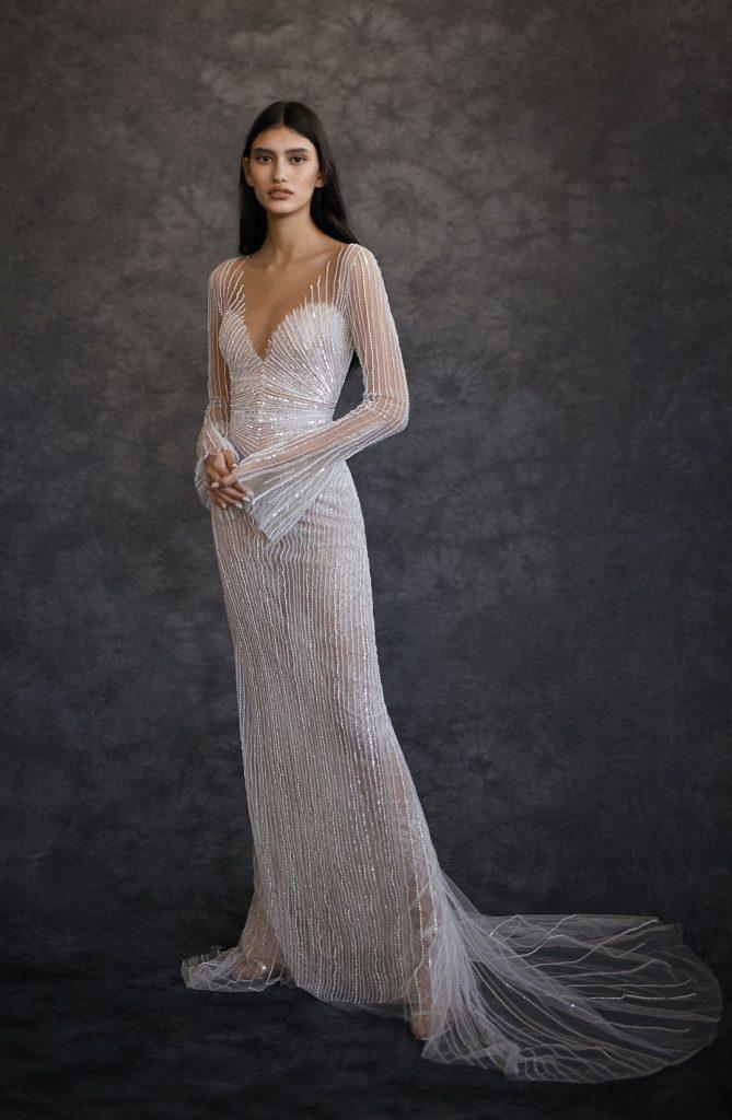 In questa foto una modella indossa un abito da sposa Dana Harel 2022: il tessuto è tempestato di punti luce e la silhouette a sirena
