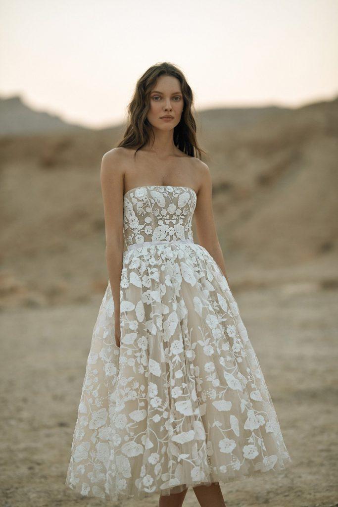 In questa foto una modella indossa un abito da sposa Eisen-Stein 2022, presentato alla New York Bridal Fashion Week 2021