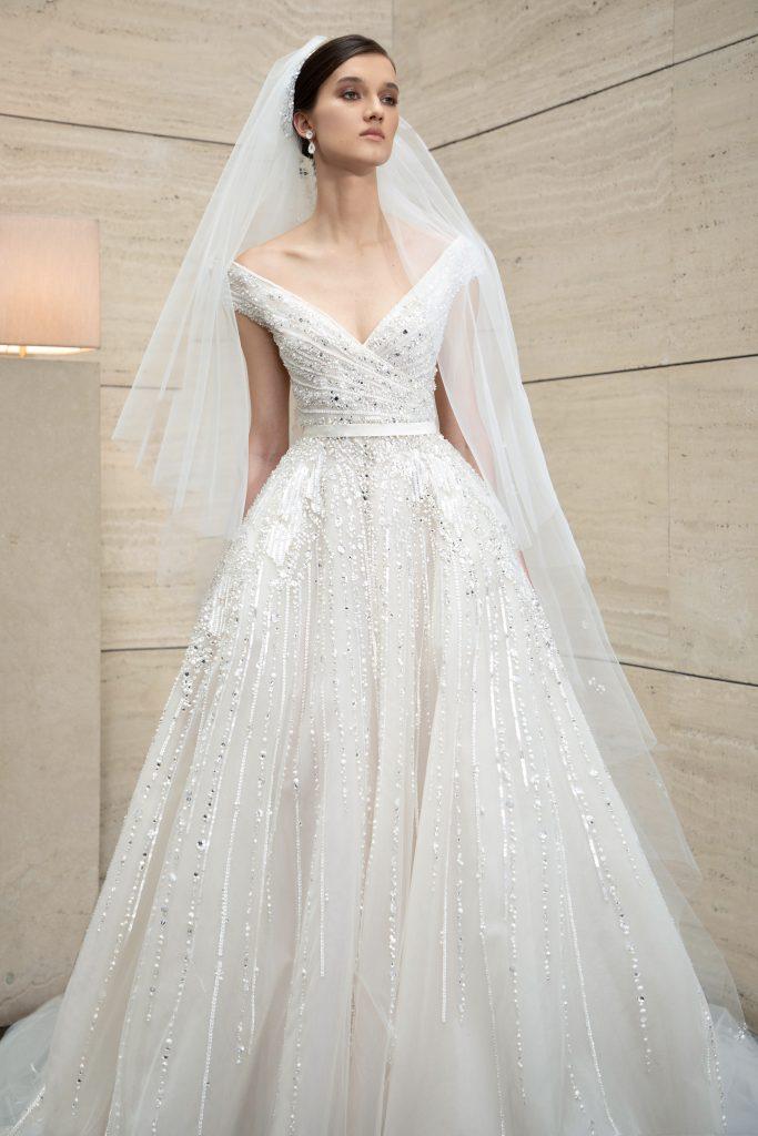 In questa foto una modella indossa un abito da sposa Elie Saab 2022 presentato alla New York Bridal Fashion Week 2021