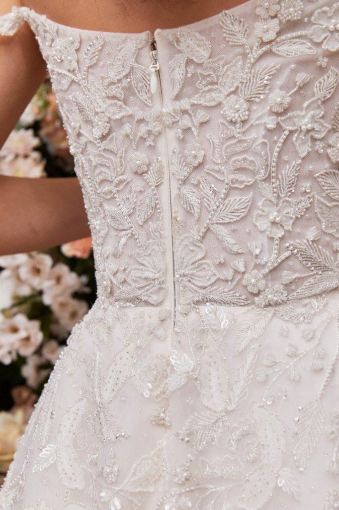 In questa foto una modella indossa un abito da sposa Enaura Bridal 2022, presentato alla New York Bridal Fashion Week 2021