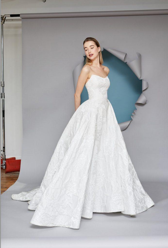 In questa foto una modella indossa un abito da sposa Gracy Accad 2022, presentato alla New York Bridal Fashion Week 2021