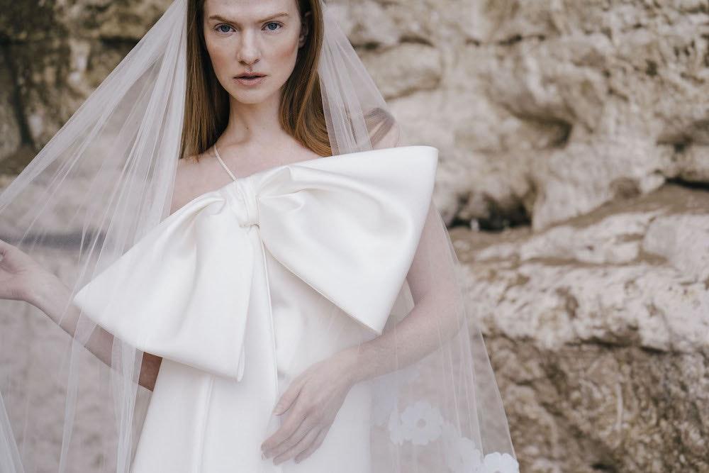 In questa foto una modella indossa un abito da sposa Halfpenny London 2022 presentato alla New York Bridal Fashion 2021