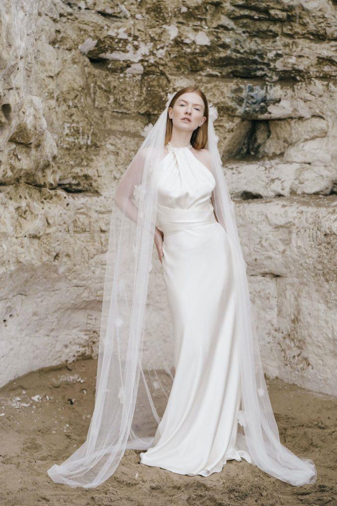 In questa foto una modella indossa un abito da sposa Halfpenny London 2022, presentato alla New York Bridal Fashion Week 2021