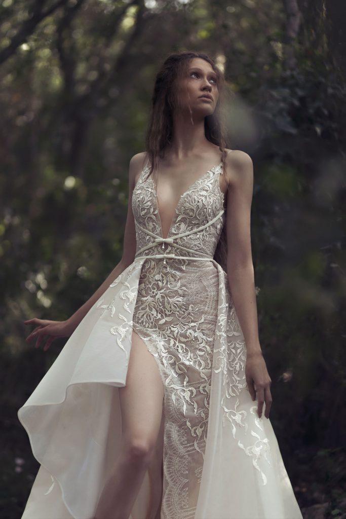 In questa foto una modella indossa un abito da sposa Kim Kassas Couture 2022, presentato alla New York Bridal Fashion Week 2021