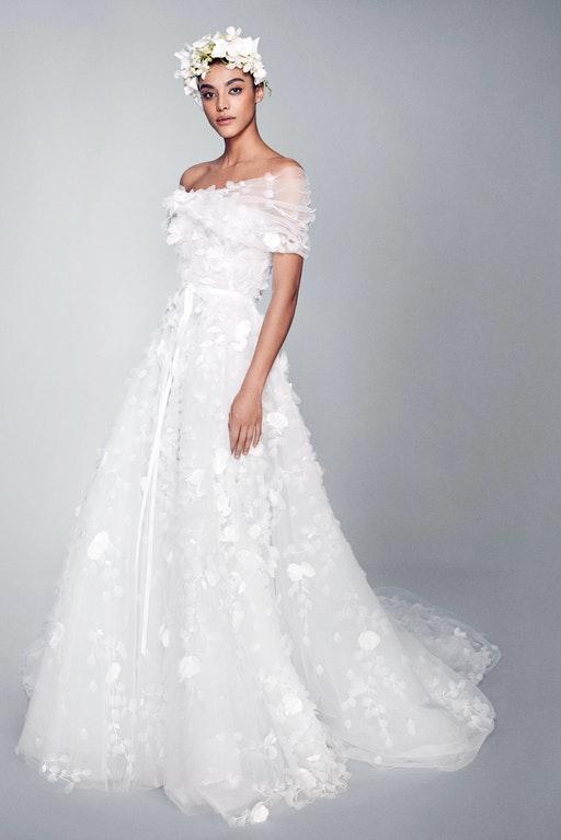 In questa foto una modella indossa un abito da sposa Marchesa Bridal 2022, presentato alla New York Bridal Fashion Week 2021