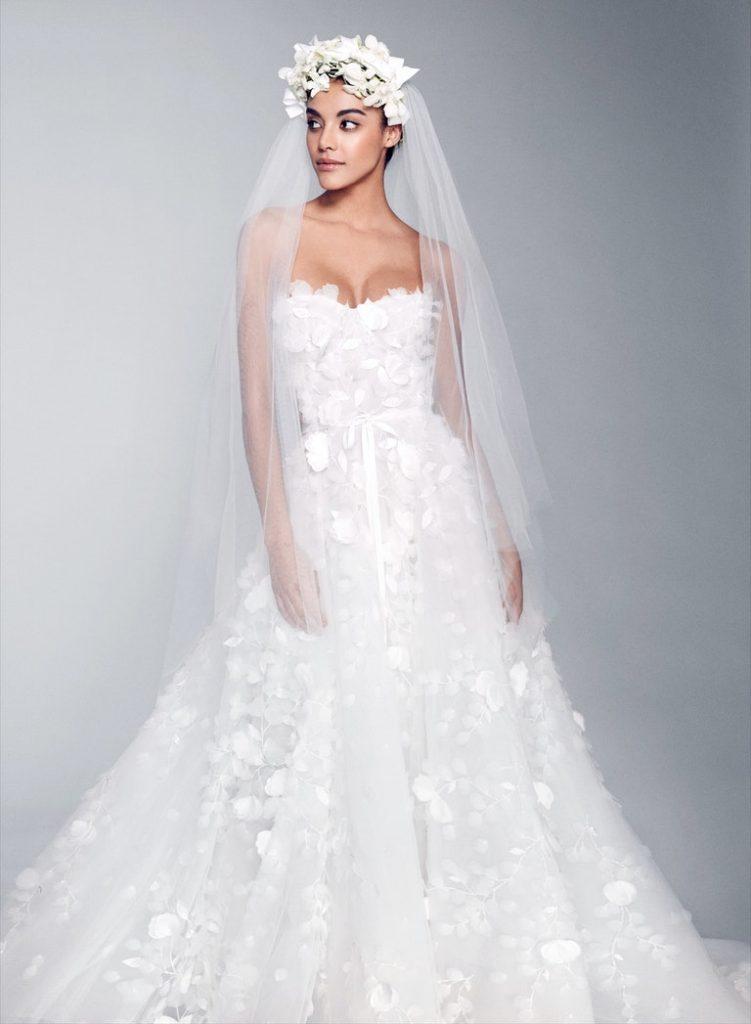 In questa foto una modella indossa un abito da sposa Marchesa Bridal 2022 presentato alla New York Bridal Fashion Week 2021