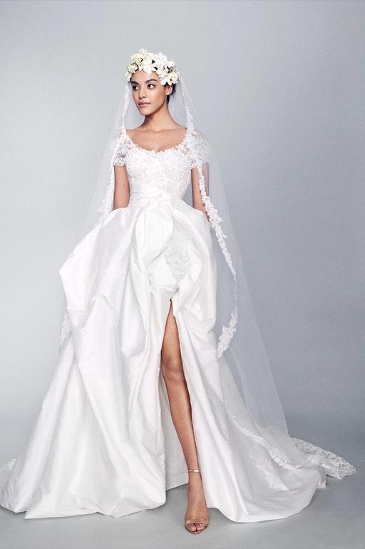 In questa foto una modella indossa un abito da sposa Marchesa 2022, presentato alla New York Bridal Fashion Week 2021