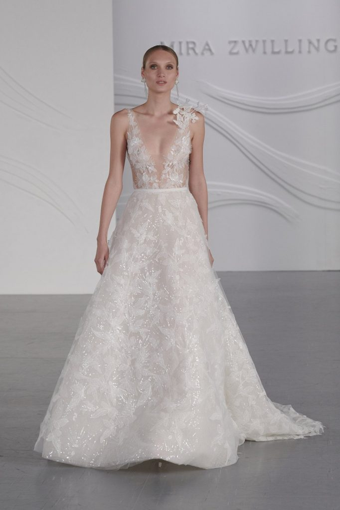 In questa foto una modella sfila con addosso un abito da sposa Mira Zwillinger 2022 presentato alla New York Bridal Fashion Week 2021