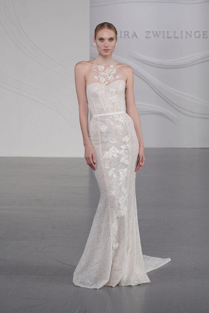 In questa foto una modella indossa un abito da sposa Mira Zwillinger 2022, presentato alla New York Bridal Fashion Week 2021